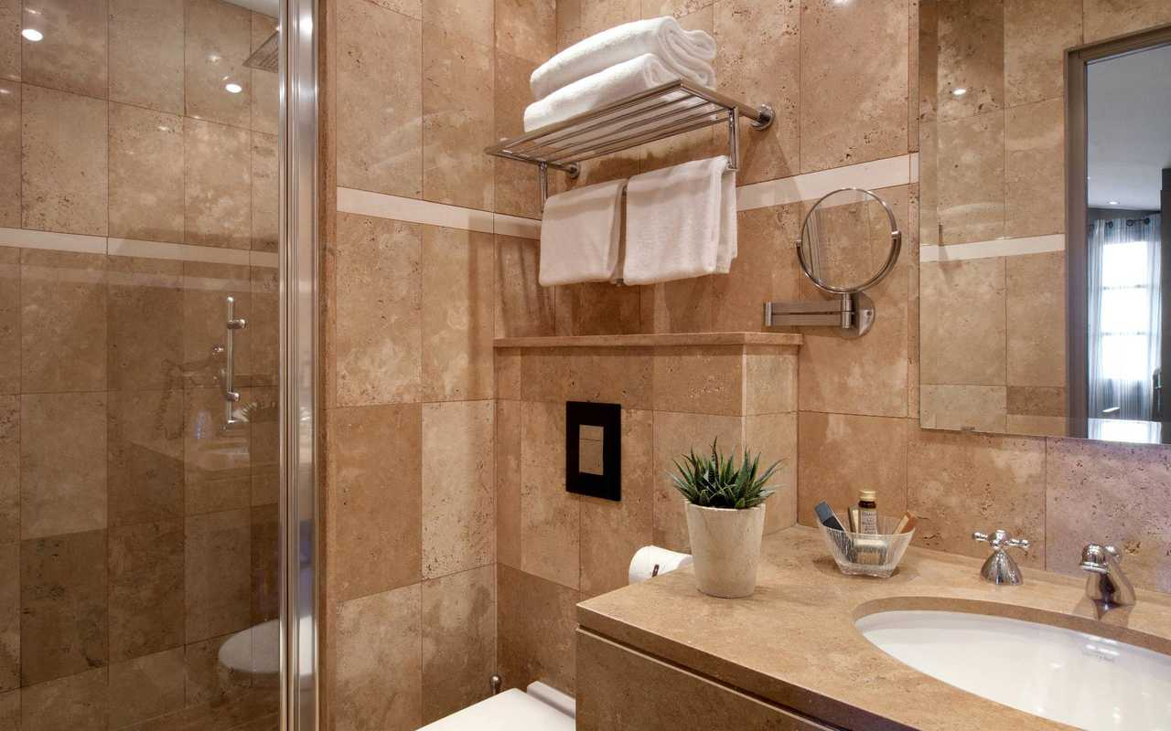 Standard room luxurious bathroom Hotel Luxe Aude
